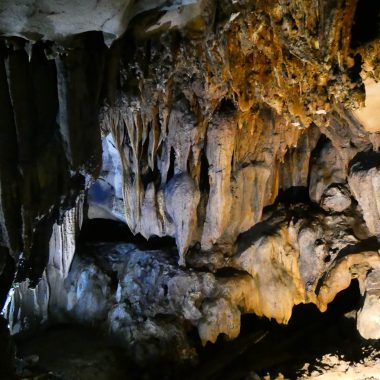 Coverfoto verlichte rotsen Trung Trang Cave