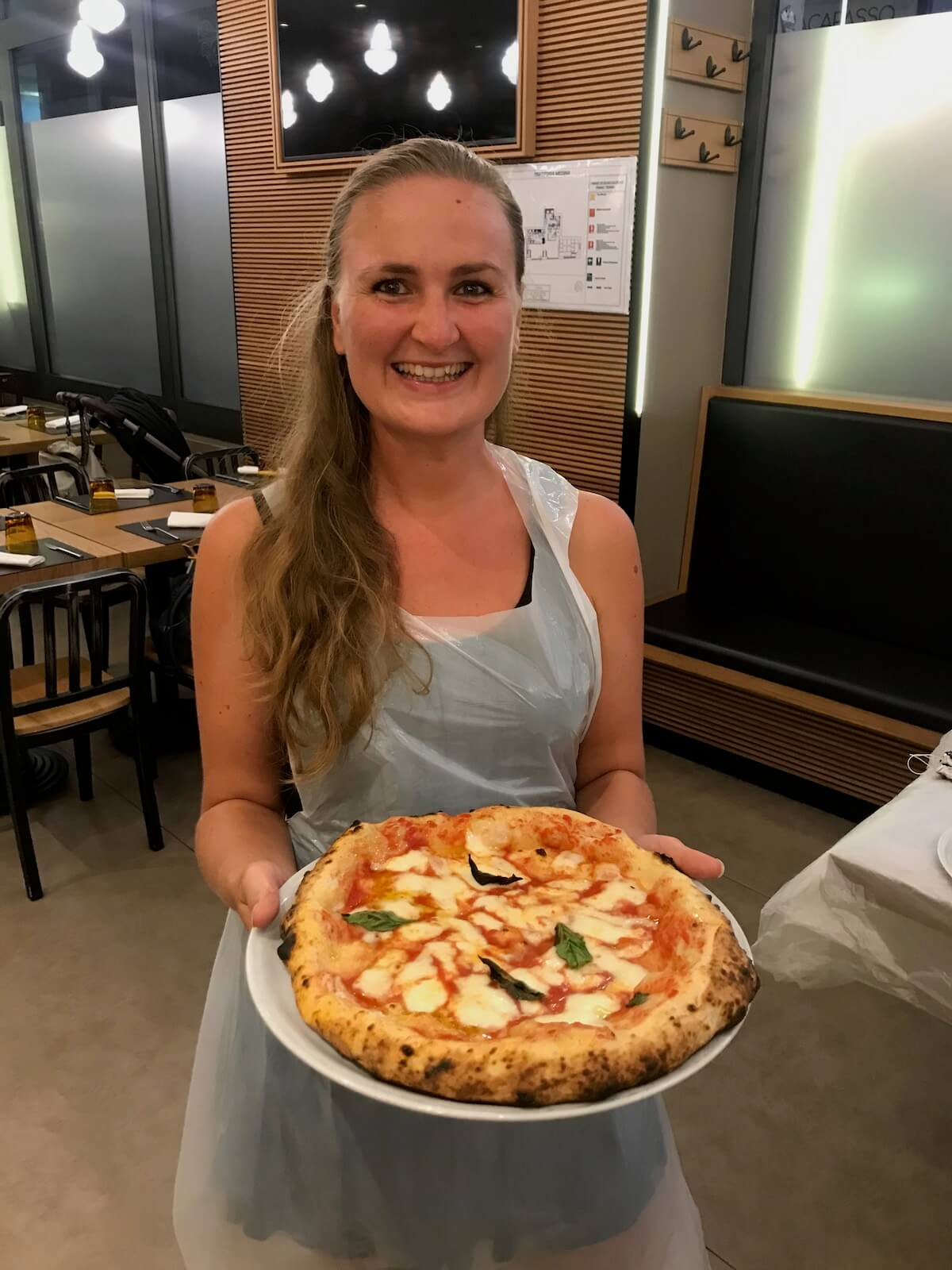 Annick met pizza Napels