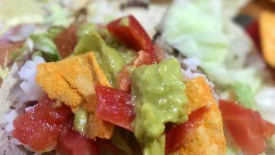 mexicaanse guacamole met tortillas
