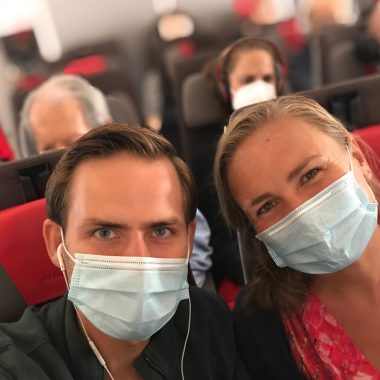 Annick en Gieljan reislekker met mondkapje