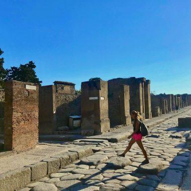Annick in Pompeii oversteken zebrapad