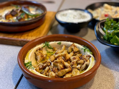 Hummus met kip shoarma Khubza Seneya Aqaba